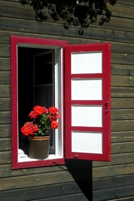 Rotes Holzfenster by-Sassi_pixelio.de