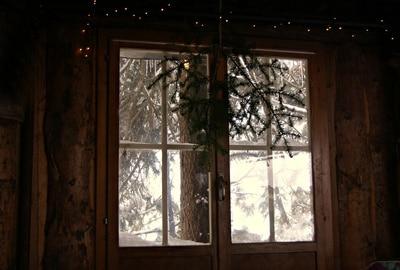 Fenster mit Holzrahmen in einer Hütte nahe Berlin