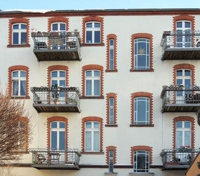Fenster einer Berliner Hausfassade © Rolf Handke PIXELIO www.pixelio.de