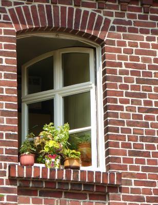 Offenes Fenster mit weißem Rahmen in einem Backsteinhaus in Berlin © Thomas Max Müller PIXELIO www.pixelio.de
