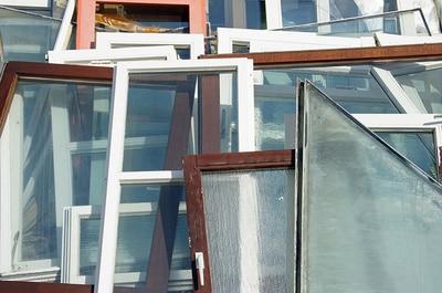 Ausgediente Fenster mit verschiedenen Rahmenprofilen © lichtkunst.73  PIXELIO www.pixelio.de