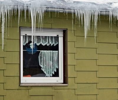 Eiszapfen am Fenster © luise PIXELIO www.pixelio.de